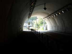 トンネルを抜けて熊野神社方面へ